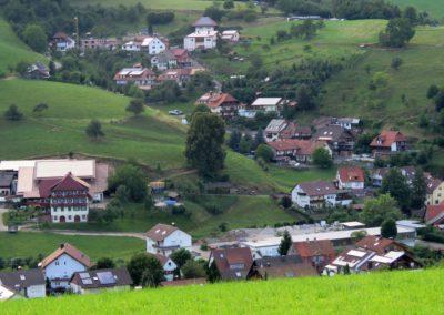 Blick von der Gedächtniskapelle ins Dorf im Juli 2018: Im Fokus der Wanglerhof und der Oberrain.