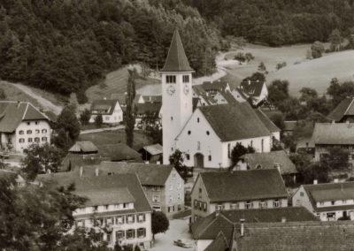 Eine alte Postkarte im Hochformat mit Blick in den Ortskern von Dörlinbach.
