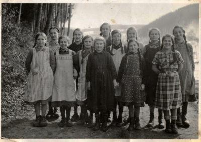 Schulklasse unterwegs in heimischen Gefilden (1938).
