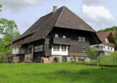 """""""S'Moritze Hus"""" im Mai 2021 – im Dorf auch als """"s'Striegels"""" bekannt."""