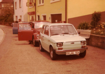 """Blick auf einen """"Fuhrpark"""" Mitte der 1970er-Jahre in der Hauptstraße."""