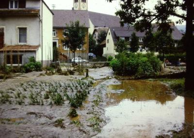 Ende der 1970er sowie Ende der 1980er-Jahre wurde Dörlinbach von zwei Hochwassern heimgesucht, die weite Teile der Herrenmatte und der Mühlstraße und nahezu die komplette Hauptstraße unter Wasser setzten. Hier Eindrücke von den Schäden und Aufräumarbeiten im Bereich Mühlstraße und Blessingstraße (Löwenkarls Garten).