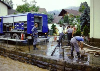 Ende der 1970er sowie Ende der 1980er-Jahre wurde Dörlinbach von zwei Hochwassern heimgesucht, die weite Teile der Herrenmatte und der Mühlstraße und nahezu die komplette Hauptstraße unter Wasser setzten. Hier Eindrücke von den Schäden und Aufräumarbeiten beim Anwesen Herbert Wehrle.