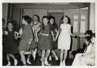 """Theateraufführung der Schule auf der Theaterbühne im Gasthaus """"Engel"""" in den 1960er-Jahren."""