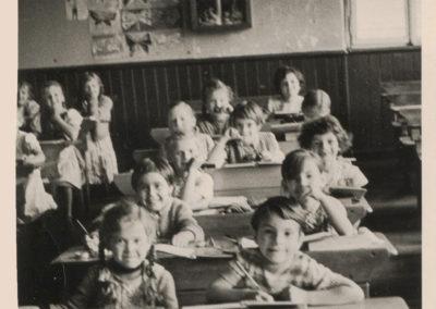 Der Jahrgang 1953 beim Unterricht in der Volksschule (Alte Schule).