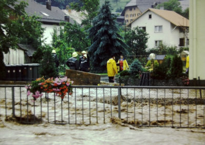 Ende der 1970er sowie Ende der 1980er-Jahre wurde Dörlinbach von zwei Hochwassern heimgesucht, die weite Teile der Herrenmatte und der Mühlstraße und nahezu die komplette Hauptstraße unter Wasser setzten. Hier Eindrücke aus dem Bereich Anwesen Herbert Wehrle, Gasthaus Engel und Rathaus.