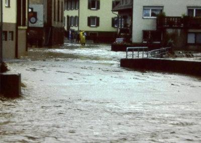 Ende der 1970er sowie Ende der 1980er-Jahre wurde Dörlinbach von zwei Hochwassern heimgesucht, die weite Teile der Herrenmatte und der Mühlstraße und nahezu die komplette Hauptstraße unter Wasser setzten. Hier Eindrücke aus dem Bereich Gasthaus Engel und Mühlweg.