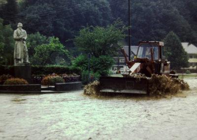 Ende der 1970er sowie Ende der 1980er-Jahre wurde Dörlinbach von zwei Hochwassern heimgesucht, die weite Teile der Herrenmatte und der Mühlstraße und nahezu die komplette Hauptstraße unter Wasser setzten. Hier Eindrücke aus dem Bereich Gasthaus Engel und Dorfmitte.