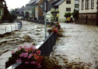 Ende der 1970er sowie Ende der 1980er-Jahre wurde Dörlinbach von zwei Hochwassern heimgesucht, die weite Teile der Herrenmatte und der Mühlstraße und nahezu die komplette Hauptstraße unter Wasser setzten. Hier Eindrücke aus dem Bereich Brücke zur Herrenmatte und Festhalle.