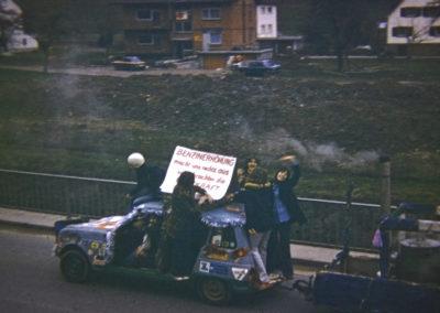 """Diese alten Aufnahmen von der Fasent 1973 zeigen nicht nur ein nach heutigem Standard nicht mehr zulässigen """"Umzugs-Wagen"""", sondern auch die damals noch spärliche Wohnbebauung auf der Herrenmatte und im hinteren Bereich der Hauptstraße."""