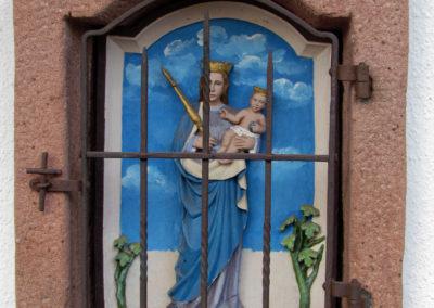 Die Heiligennischen an der Kellerfassade des Bollen-Ständer-Hauses am Unterrain weisen auf den früheren Freihof des Klosters hin.