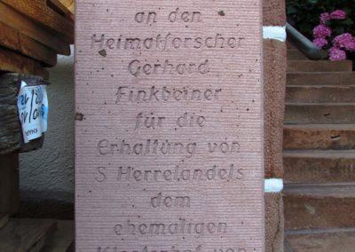 """Dem Heimatfrorscher Gerhard Finkbeiner aus Schuttertal wurde für sein Engagement zum Erhalt des Bollen-Ständer-Hauses """"s'Herre-Ländels"""" am Unterrain ein Bildstöckle gewidmet."""