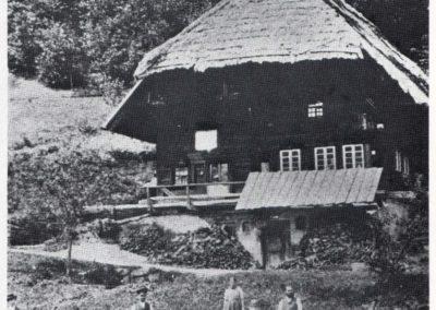 """""""S'Herre-Ländels"""": Das Tagelöhnerhaus stand lange Jahre alleine am Waldrand. Heute ist das restaurierte Schwarzwälder Bollen-Ständer-Haus Teil einer Wohnsiedlung entlang des Unterrains."""