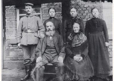 """""""S'Herre-Ländels"""": Mit der Familie Josef Fischer bekamen die Bewohner mit """"s'Ratschriebers"""" einen neuen Übernamen. Josef Fischer (sitzend, links) war nämlich Ratsschreiber."""