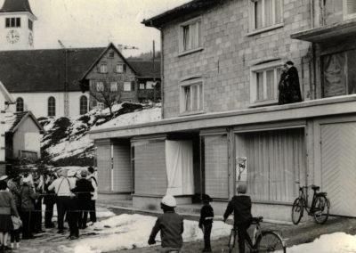 Josef Billharz baute zusammen mit seiner Frau Rosalia (auf dem Balkon) im Jahre 1950 ein Wohn- und Geschäftshaus an der Hauptstraße in Dörlinbach. Sie eröffneten dort ein Textilgeschäft. Natürlich wurde am Rosenmontag auch bei den neuen Geschäftsleuten Gutsele gebettelt.