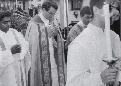 Ein großer Tag für die Sankt-Johannes-Gemeinde: Ewald Billharz (2.v.l.) feiert am 29. Mai 1994 seine Heimat-Primiz.