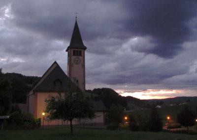 Ende Juli 2021: Pfarrkirche St. Johannes im Abendlicht.