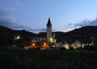 Blick auf die Dorfkirche St. Johannes an einem Juli-Abend 2021.