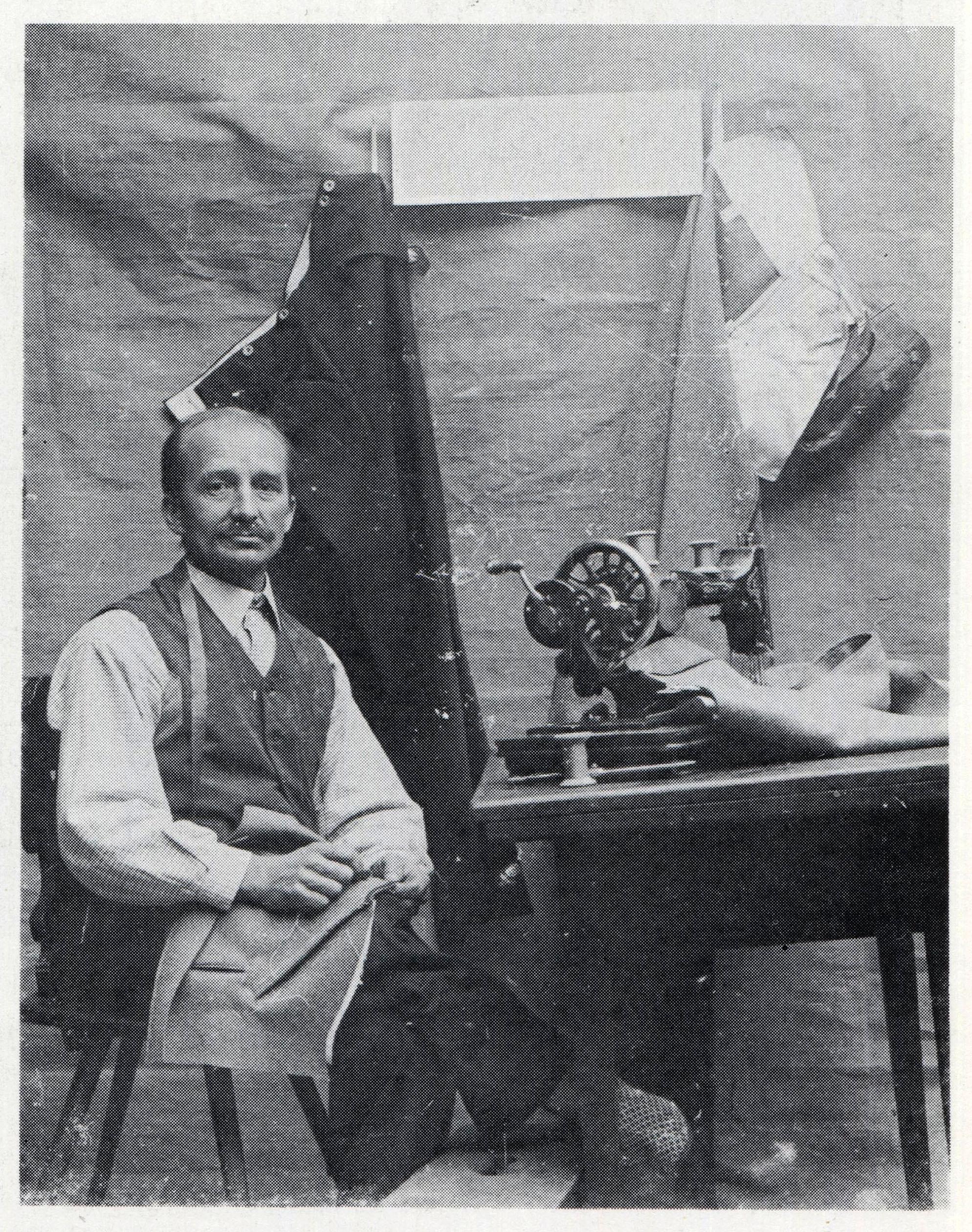 """Schneidermeister Wilhelm Rothweiler (1876 bis 1955) war nicht nur ein typischer """"Bauern- und Talschneider"""", sondern auch ein exzellenter Zeitzeuge, der überall im Ort mit seiner Kamera präsent war. In seinem Buch """"Erinnerungen vergangener Tage"""" bezeichnet ihn Autor und Heimatforscher Gerhard Finkbeiner als den ersten """"Amateurfotografen in Dörlinbach""""."""