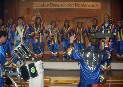 """Impressionen vom Samstagabend beim 20. Narrentreffen der Freundschaftsvereinigung """"Berg un Tal"""" am 7. Februar 2004 in Dörlinbach. Gleichzeitig wurde das 25-jährige Jubiläum der Bremsdorfer Narrenzunft gefeiert. Die """"Säcklistrecker Gugge"""" wurden 20 Jahre alt, die """"Schluchwaldhexen"""" zehn Jahre und der """"Bremmedatscher"""" fünf."""