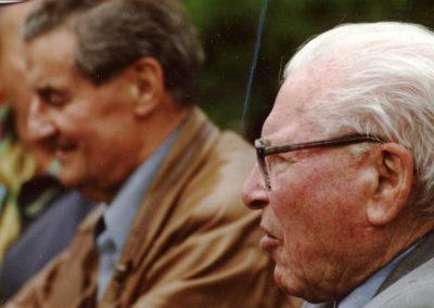Alt-Bürgermeister Josef Billharz beim Maibaumstellen 2001.