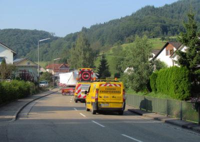 30. August 2013: Ein Schwertransport rollt durchs Dörlinbachs Hauptstraße – das Bürger-Windrad auf dem Geisberg bei Schweighausen wird weitergebaut.