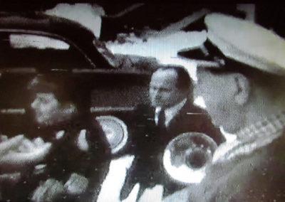 """Filmausschnitt aus """"Derlebacher Rosemaendig 1968 mit Gutselewerfer Oskar"""". Im Fokus der Kamera Max Eugen Singler (1932 bis 1998). Links vor ihm Hermann Joseph Fischer (1926 bis 1995). Rechts ist Oskar Wehrle (1897 bis 1983) im Profil zu sehen."""