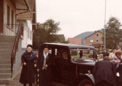 Mit seiner zweiten Frau Paulina geb. Ketterer (1905 bis 1990) konnte Dorforiginal Hermann Fischer (1886 bis 1983) im August 1980 goldene Hochzeit feiern. Kutschiert wurde das Jubelpaar an ihrem Festtag von Hermann Ketterer (rechts) in einem seiner Oldtimer.