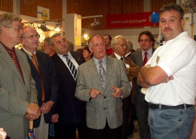 Gewerbeschau im Juni 2004: Rundgang mit Bürgermeister Bernhard Himmelsbach (Mitte).