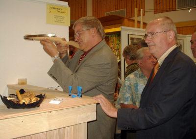 Gewerbeschau im Juni 2004: Schießen mit einer Armbrust - der Renner am Stand von Martin Schwörer.
