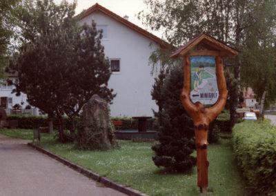 Hans Busch gestaltete das Hinweisschild zur Minigolf-Anlage an der Hauptstraße. Die 1972 eröffnete Minigolf-Anlage bestehr seit 2011 nicht mehr.