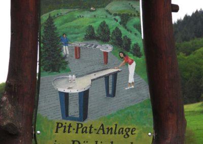 Hans Busch gestaltete das Hinweisschild an der Hauptstraße um, nachdem 2011 aus der im Jahre 1972 eröffneten Minigolf-Anlage eine Pit-Pat-Anlage wurde.