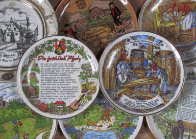 Joseph Fischer war überaus engagiert in der Wandergruppe des Dörlinbacher Radfahrvereins. Zu dessen Lebzeiten zierten viele Pokale, Teller aus Zinn und Porzellan in seinem Zuhause die Regale und Wände. Hier ein kleiner Ausschnitt davon.
