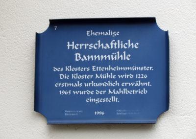 September 2021: Ein Schild an der ehemaligen Kloster-Mühle gibt Auskunft über zur Historie über das erstmals 1226 erwähnte Gebäude.