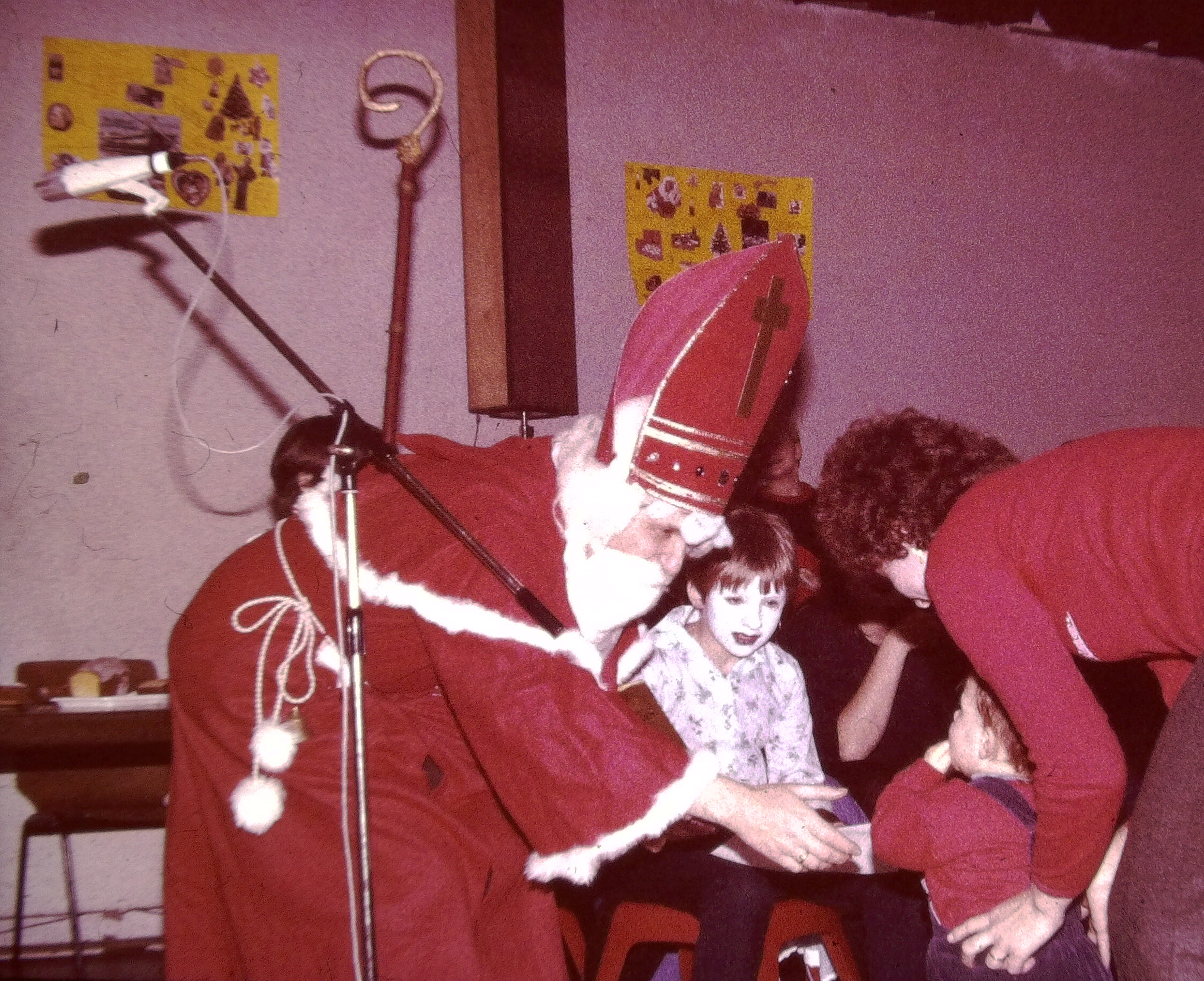 Bischof Nikolaus ist immer ein gern gesehener Gast in der Schule. Hier bei einer Weihnachtsfeier im Gymnastikraum in der Neuen Schule.