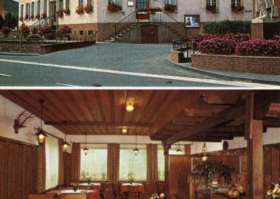 """Postkarte des Gasthof """"Engel"""" mit zwei Ansichten aus der Zeit Ende der 1970er-Jahre. Oben eine Außenansicht des Gasthofs. Am rechten Rand ist das ehemalige Krieger-Ehrenmal zu sehen. Unten wird ein Blick in das frühere Café der Gasstätte gewährt. Sowohl das Ehrenmal als auch das """"Engel""""-Café gibt es heute nicht mehr."""