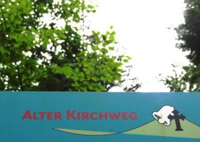 """Beim ehemaligen Dörlinbacher Sandsteinbruch wurde 2017 ein Rastplatz für Wanderer und Spaziergänger eingerichtet. Der Rastplatz ist Teil des sogenannten """"Alten Kirchwegs"""", worauf eine Info-Tafel der Gemeinde hinweist."""