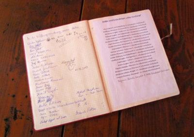 Sandgrube-Hütte: Hüttenbuch mit Einblick auf die informellen Seiten.