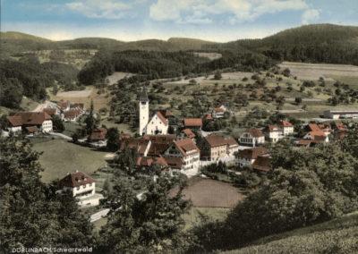 Die Postkarten-Ansicht aus den späten 1960er-Jahren zeigt den Dorfkrern bis zur Neuen Schule und die Siedlung.